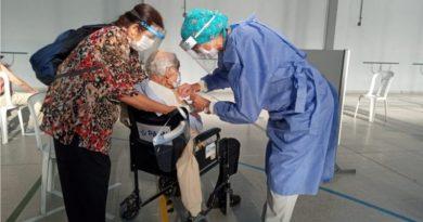 Los turnos de vacunación para mayores de 80 años se reprograman